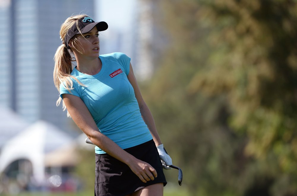 Klikk på bildet for å forstørre. Paige Spiranac Paige Spiranac of the United States watches the ball after the strike on the first fairway during the round one of the Dubai Ladies Masters golf tournament in Dubai, United Arab Emirates, Wednesday, Dec. 9, 2015.