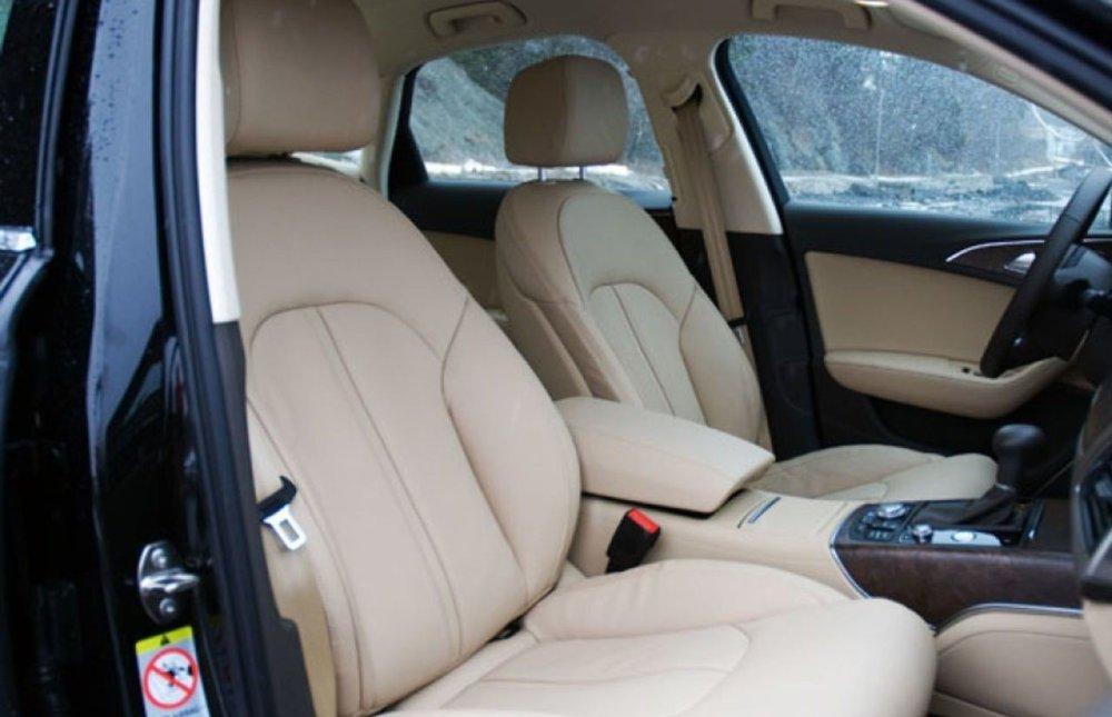 Klikk på bildet for å forstørre. Skinnseter blir stadig mer vanlig i nye biler. Men de kan også bli varme og klamme når temperaturen ute er høy.