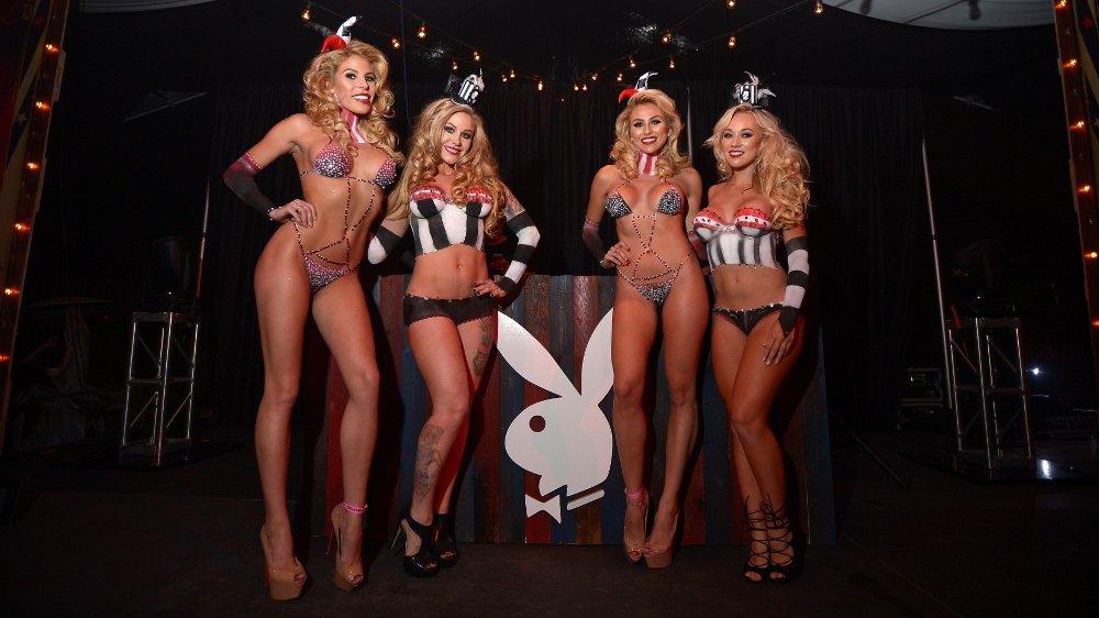 Klikk på bildet for å forstørre. Dette er et bilde fra det årlige Halloween Party på Playboy-herregården, tatt i 2015.