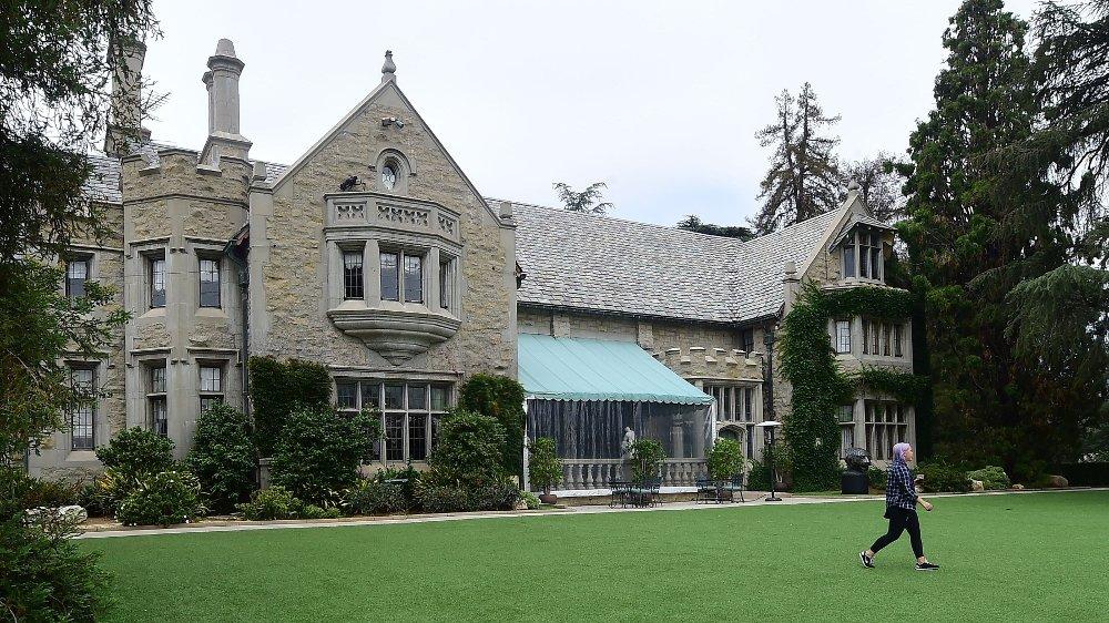 Klikk på bildet for å forstørre. Hugh Hefner kjøpte The Playboy Mansion i Los Angeles i California i 1971 for 1,05 millioner dollar. I 2016 solgte han eiendommen til sin nabo, men kunne disponere hele eiendommen fram til sin død.