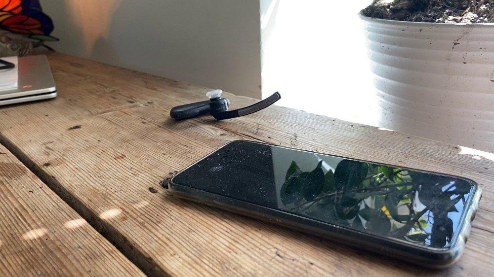 Klikk på bildet for å forstørre. Mobiltelefonen til Eirik Jensen og headsettet ligger fortsatt på kjøkkenbordet.