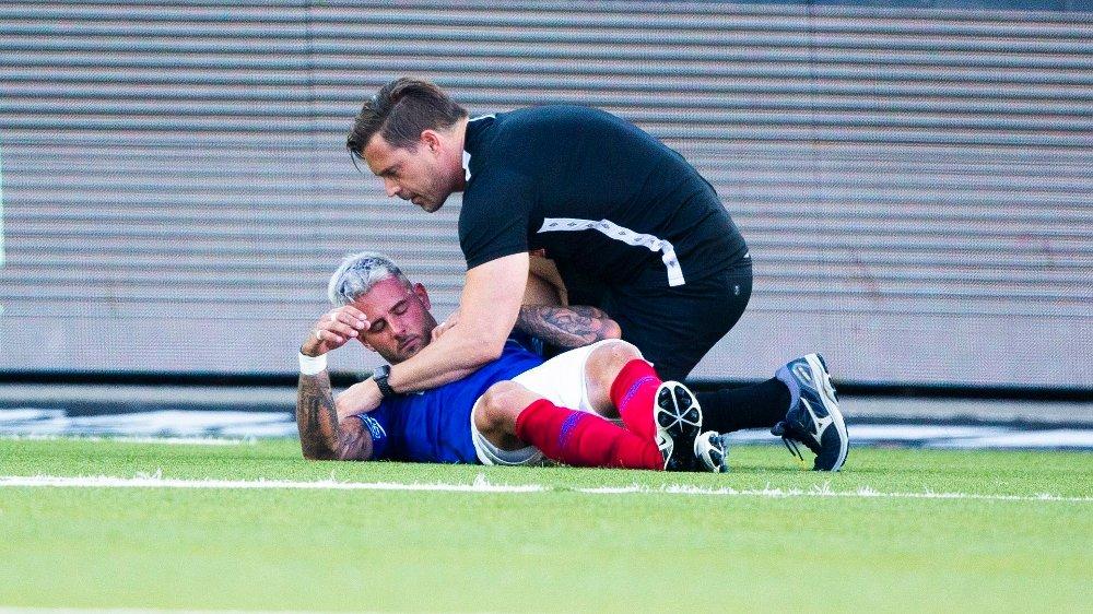 Klikk på bildet for å forstørre. SKADE: Vålerengas Aron Dønnum måtte byttes ut tidlig i kampen etter en skade.