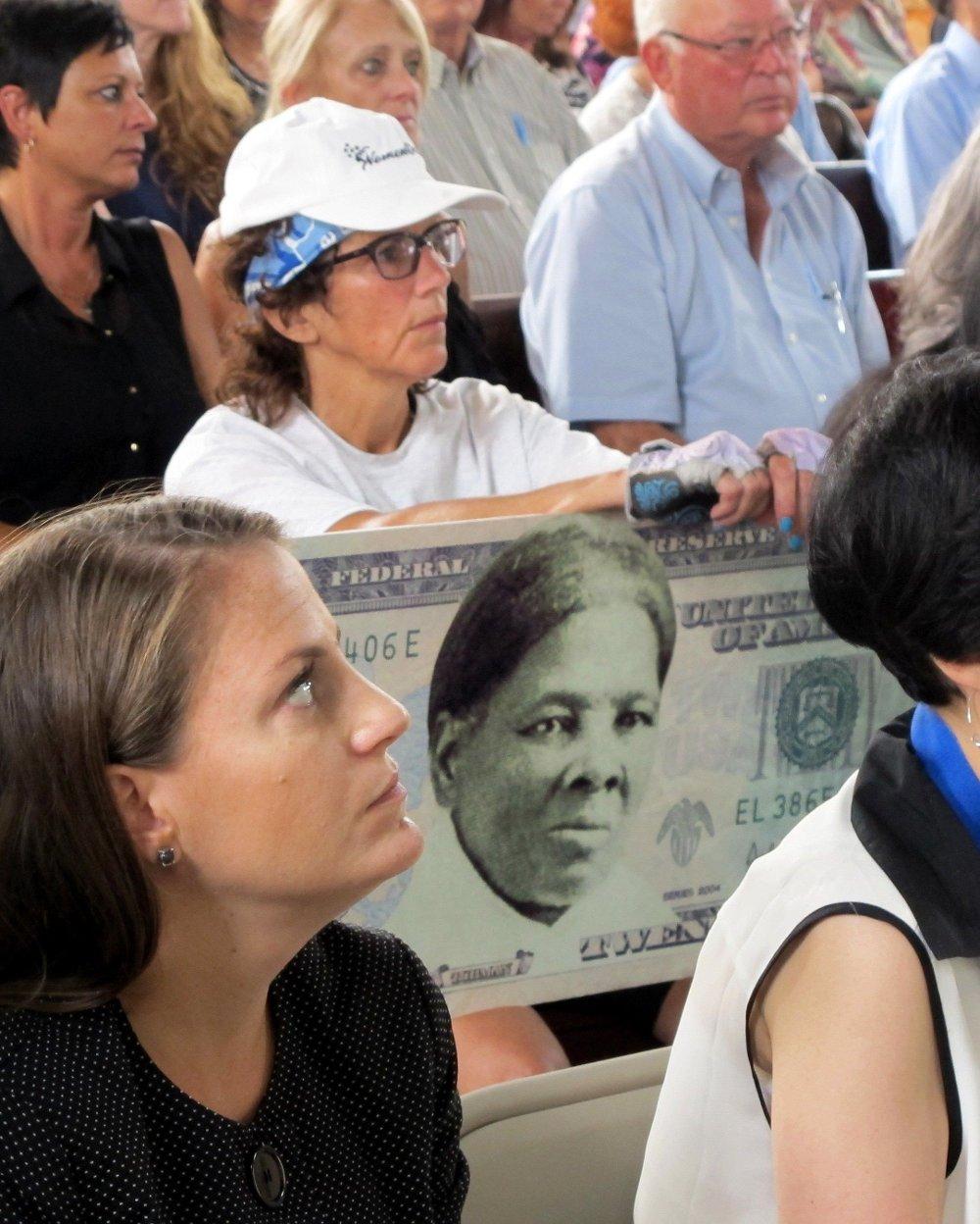 Klikk på bildet for å forstørre. En kvinne viser sin støtte til å putte Harriet Tubman på en 20-dollarseddel under et town hall-møte i Seneca Falls i 2015.