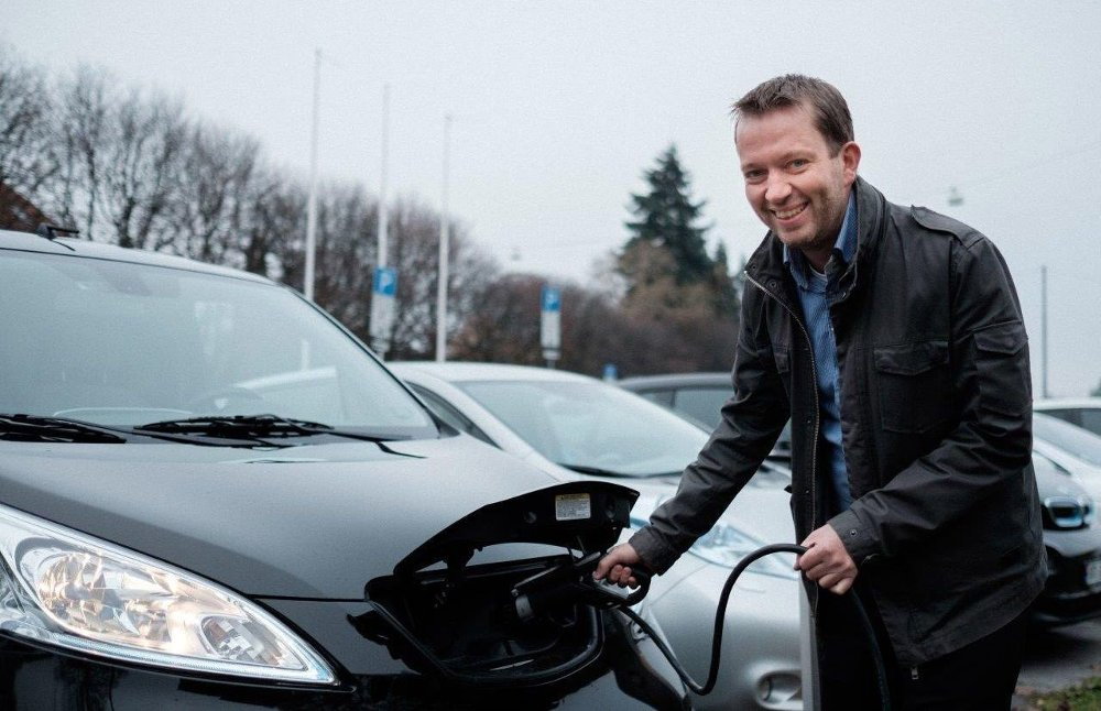 Klikk på bildet for å forstørre. VIKTIG ÅRSAK: Petter Haugneland i Norsk Elbilforening sier lave bompenger er den viktigste årsaken til at folk bytter til elbil