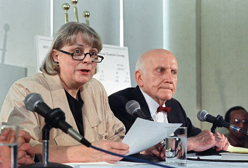 Klikk på bildet for å forstørre. This March 7,1988 photo shows US sexologist William Masters and his wife Virginia in New York. Masters and his wife Virginia, founded the legendary Masters and Johnson Institute in St. Louis. Virginia Johnson, who helped redefine the understanding of human sexuality as half of the husband-wife team whose taboo sex studies in the 1960s turned them into worldwide celebrities and best-selling authors, died July 25, 2013 at age 88 after suffering complications from various illnesses according to her son Scott. AFP PHOTO/MARK CARDWELL