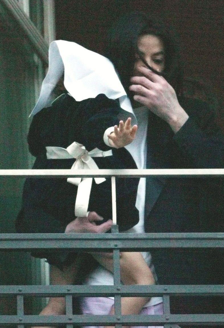 Klikk på bildet for å forstørre. Her er Paris Jackson avbildet med datteren i 2002. Paris Jackson har et tørkle over hodet.