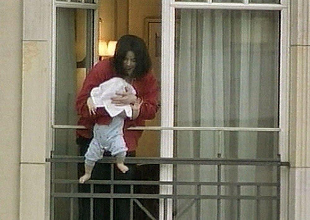 Klikk på bildet for å forstørre. Bildene av Michael Jackson som viser frem sønnen fra en balkong i Berlin i 2002, fikk flere til å rase. Senere måtte artisten beklage hendelsen.
