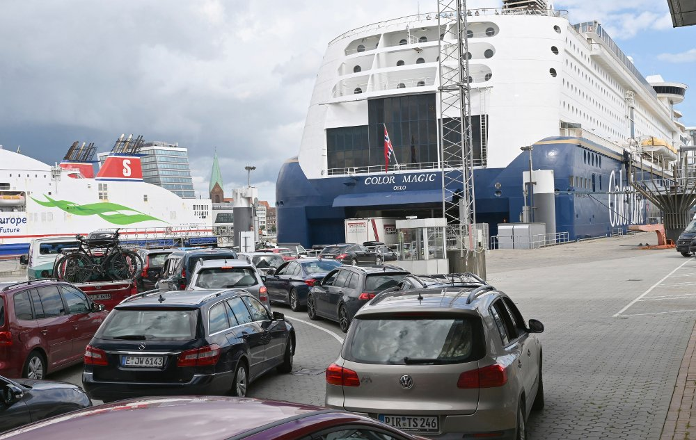 Klikk på bildet for å forstørre. Cars queue in front of the 'MS Color Magic' in Kiel, Germany, Wednesday, July 15, 2020. For the first time, the Oslo ferry is allowed to set course for Norway again with German tourists on board after the restrictions imposed by the new coronavirus pandemic.