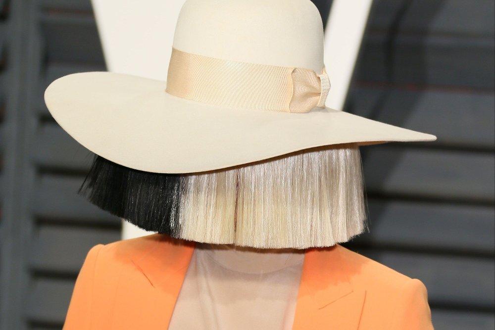 Klikk på bildet for å forstørre. Sia er svært privat, og skjuler seg ofte bak store parykker og hatter på offentlige arrangementer og på scenen.