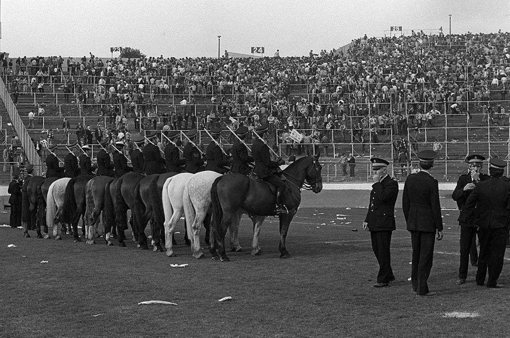 Klikk på bildet for å forstørre. SFA-cupfinalen i 1980. Voldelige sammenstøt mellom fansen fra Celtic og Rangers førte til at alkohol ble forbudt på tribunene i Skottland.