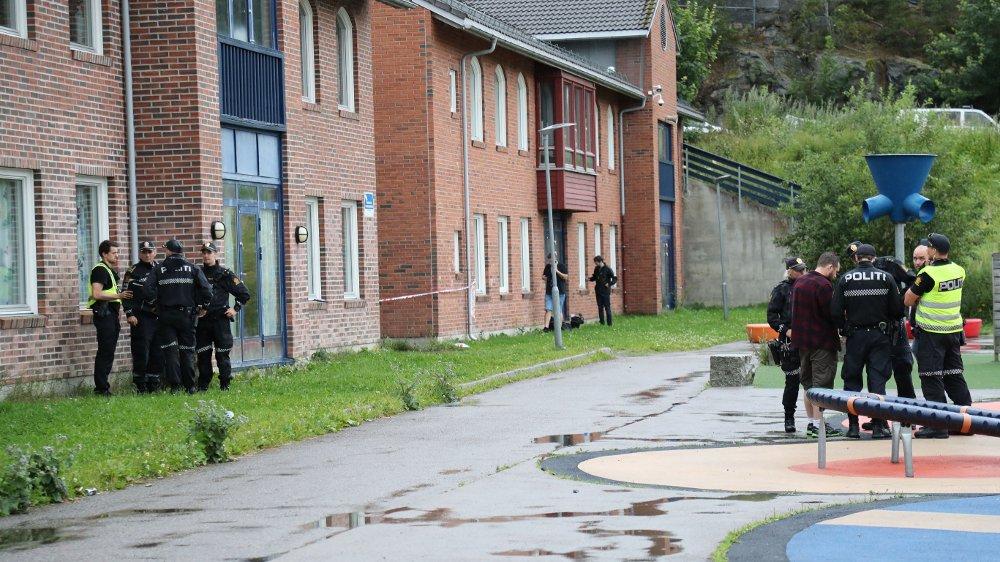 Klikk på bildet for å forstørre. PÅ STEDET: Politiet er på Holmlia Skole etter knivstikkingen i ettermiddag