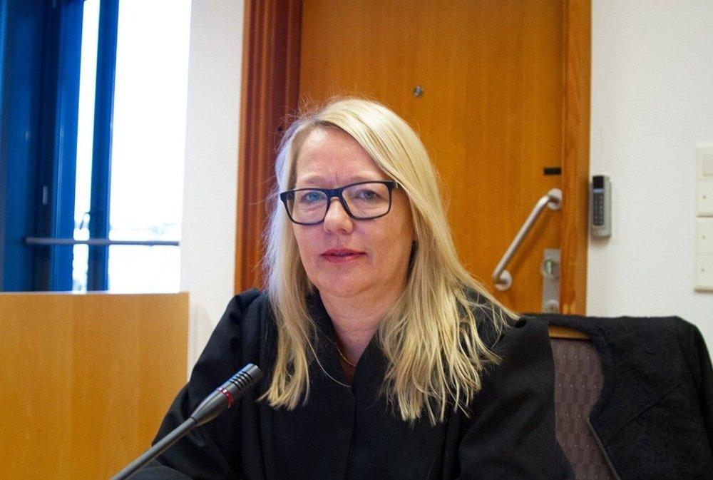 Klikk på bildet for å forstørre. Advokat Marte Svarstad Brodtkorb representerer den fornærmede kvinnen. Bildet viser at hun sitter på plassen sin i en tidligere rettssak med advokatkappe og briller. Hun ser i kamera.