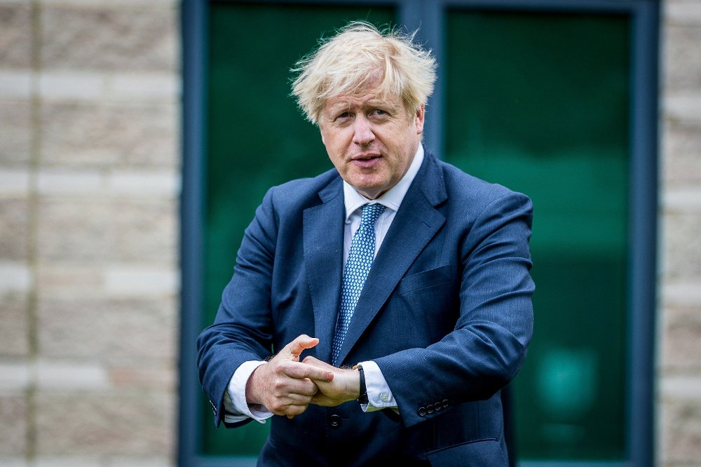 Klikk på bildet for å forstørre. Prime Minister Boris Johnson using antiseptic hand gel during a visit to North Yorkshire Police headquarters, Northallerton.
