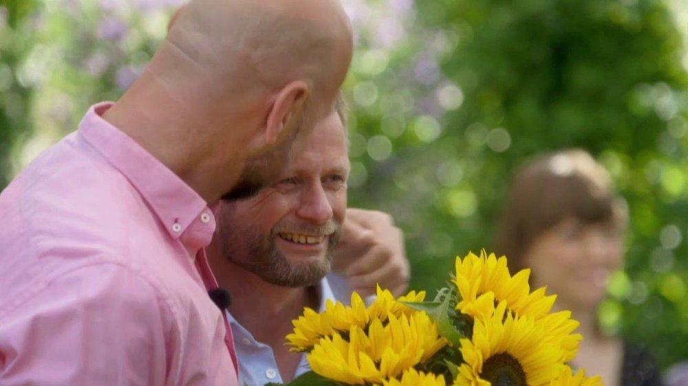 Klikk på bildet for å forstørre. STERKT ØYEBLIKK: Bent Høie blir overrasket av ektemannen dagen før bryllupsdagen og tar til tårene.
