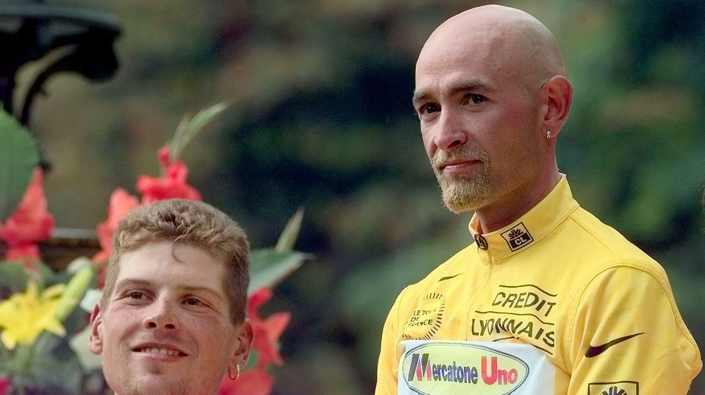 Klikk på bildet for å forstørre. FILE - In this Aug. 2, 1998 file photo, Tour de France winner Marco Pantani of Italy, right, and second-placed Jan Ullrich of Germany pose on the podium after the 21st and final stage of the Tour de France cycling race between Melun and Paris. A French parliamentary inquiry into doping in sports has uncovered Wednesday, July 24, 2013 the names of cyclists who used banned blood booster EPO during the 1998 and 1999 Tours de France. Among those outed in the report are 1998 yellow jersey winner Marco Pantani and runner up Jan Ullrich.