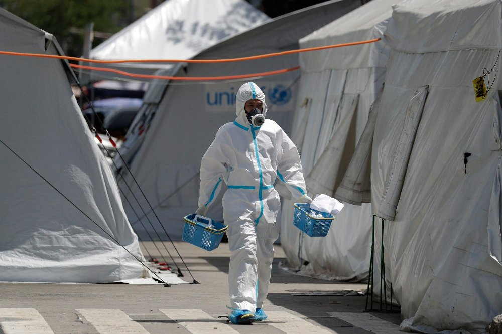 Klikk på bildet for å forstørre. A health worker wearing protective suits walks in between tents at a parking lot that has been converted into an extension of the Gat Andres Bonifacio Memorial Medical Center in Manila, Philippines on Monday, Aug. 3, 2020. Philippine President Rodrigo Duterte is reimposing a moderate lockdown in the capital and outlying provinces after medical groups appealed for the move as coronavirus infections surge alarmingly.