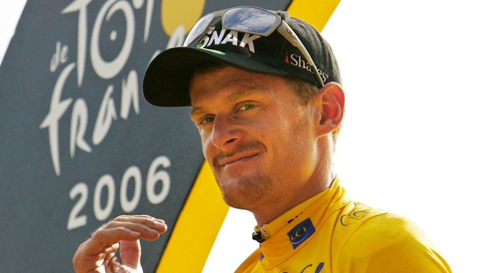 Klikk på bildet for å forstørre. FILE - In this July 23, 2006 file photo, Tour de France winner Floyd Landis of the U.S. holds his trophy on the podium after the final stage of the 93rd Tour de France cycling race in Paris. A French court on Thursday, Nov. 10, 2011 convicted American cyclist Floyd Landis in absentia for his role in hacking into the computers of a French doping lab.