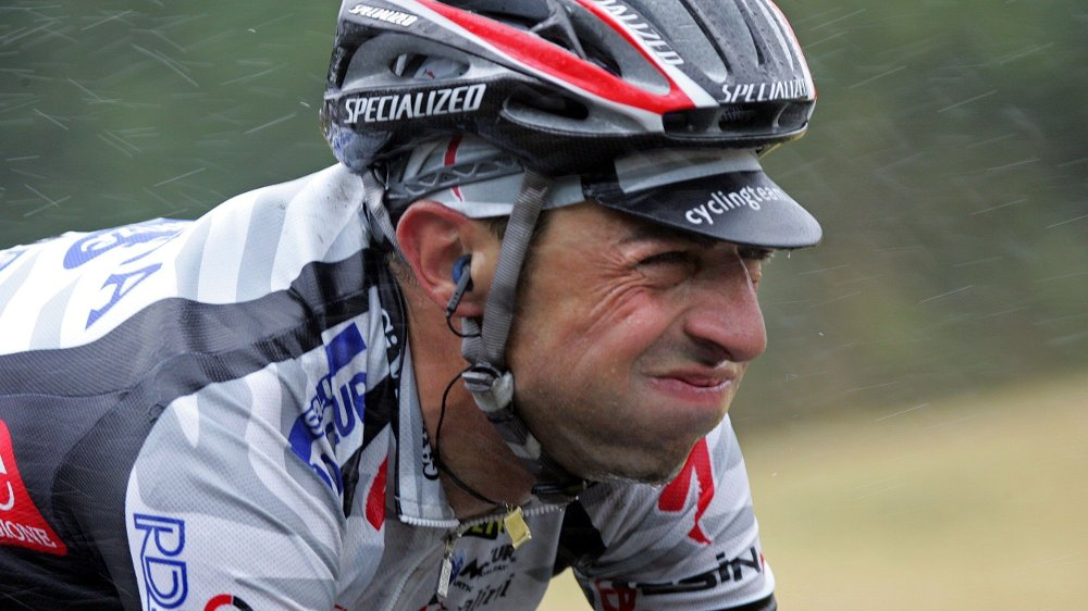 Klikk på bildet for å forstørre. Italian Filippo Simeoni rides under the rain during in the eighth stage of the 91st Tour de France cycling race between Lamballe and Quimper, 11 July 2004. AFP PHOTO PAOLO COCCO