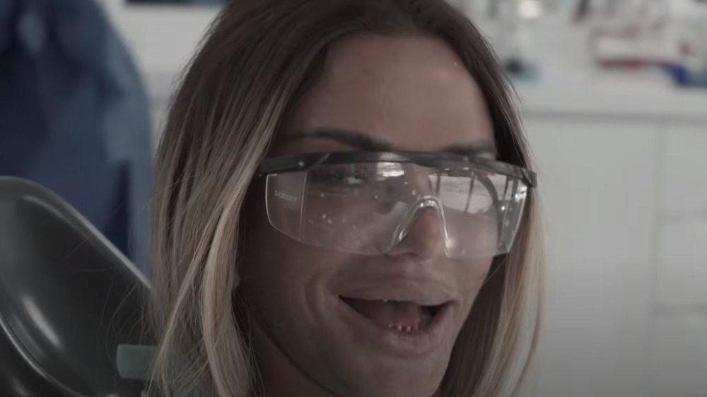 Klikk på bildet for å forstørre. SJOKKERER: De naturlige tennene til Katie Price får flere til å sperre opp øynene.