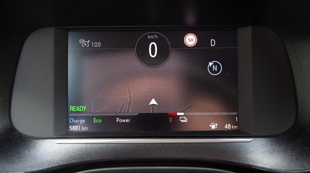 Klikk på bildet for å forstørre. Heldigitalt instrumentpanel er fint, særlig når det kombineres med GPS-informasjon som her. Men måten skjermen er plassert inn i interiøret fremstår ad hoc.