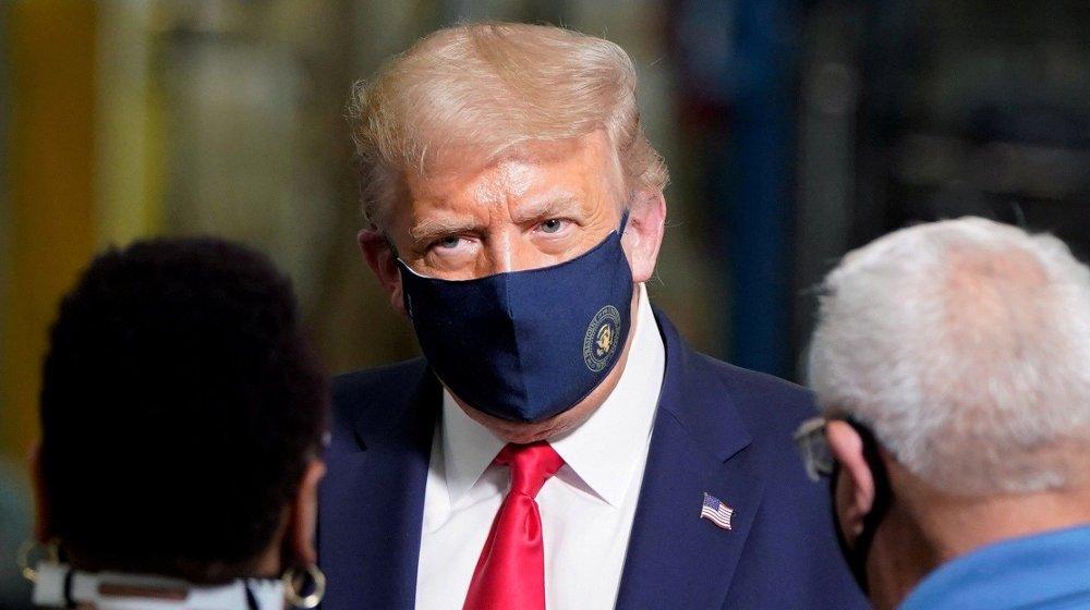 Klikk på bildet for å forstørre. President Donald Trump poserer med munnbind. Presidenten har tidligere fått massiv kritikk for ikke å stille med munnbind i ulike situasjoner.