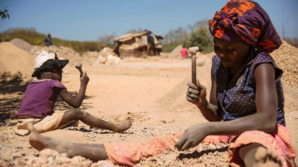 Klikk på bildet for å forstørre. KONTROVERSIELT: I fjor ble selskaper som Apple og Tesla saksøkt av 14 familier i Kongo etter at barnearbeidere døde i koboltgruver. Rundt 60 prosent av all kobolt i verden hentes fra gruver i Kongo, og brukes til alt fra mobiltelefoner til elbiler. Bildet er fra Lubambashi i Kongo i 2016. Flere bilprodusenter har nå sagt at de vil gå vekk fra kobolt fra Kongo.