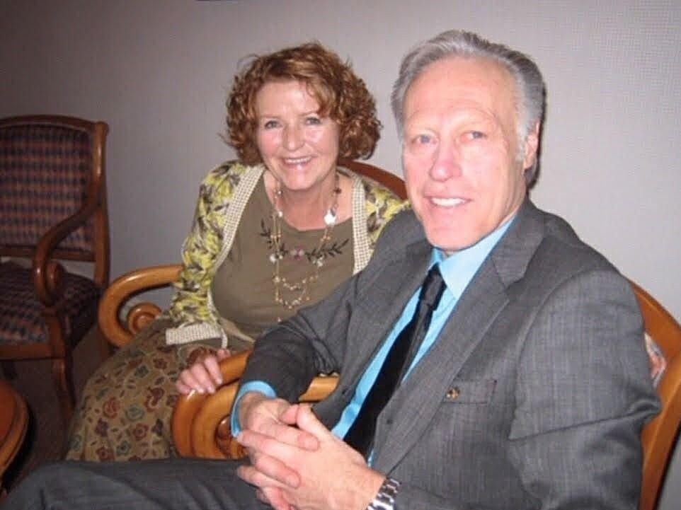 Klikk på bildet for å forstørre. Anne-Elisabeth Hagen har vært gift med Tom Hagen siden 25. oktober 1969. Bildet viser ekteparet sittende på hver sin stol. Begge ser i kameraet og smiler. Det er ukjent når bildet er fra.