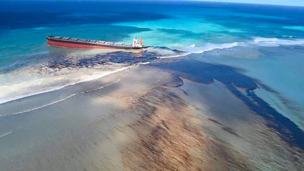 Klikk på bildet for å forstørre. Mauritius erklærer miljøkrise etter massivt oljeutslipp.