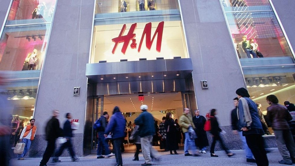 Click on the image to enlarge.  H&M on Fifth Avenue.  The multinational chain has over 5,000 physical stores worldwide.  Revenue in 2016 was $ 25.19 billion.  That is just under a tenth of what Amazon had in 2019.