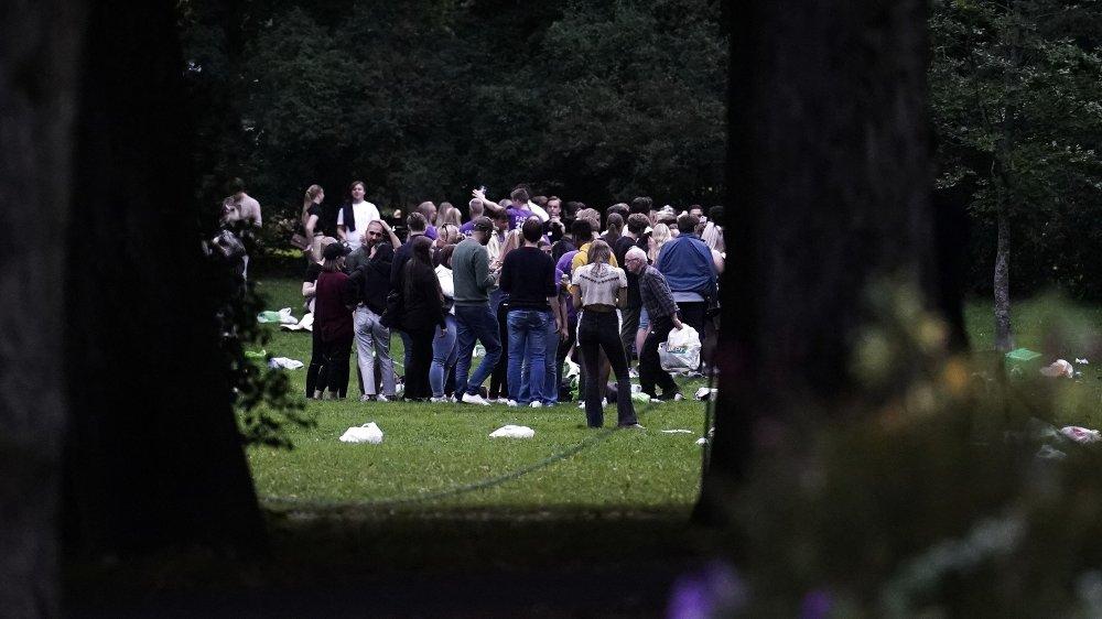 Klikk på bildet for å forstørre. Et stort antall studenter og ungdommer samlet seg i Frognerparken i Oslo mandag kveld.
