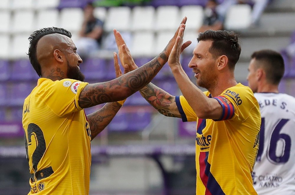 Klikk på bildet for å forstørre. Barcelona's Arturo Vidal, left, celebrates with his teammate Lionel Messi after scoring his side's first goal during the Spanish La Liga soccer match between Valladolid and FC Barcelona at the Jose Zorrilla stadium in Valladolid, Spain, Saturday, July 11, 2020.