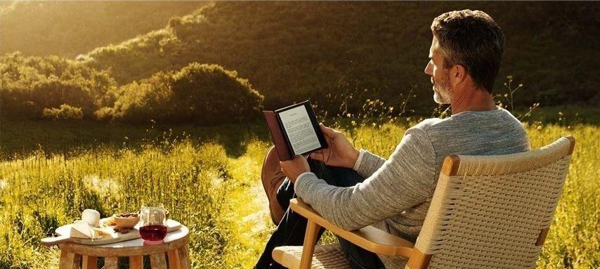 Klikk på bildet for å forstørre. Det å lese digitale bøker på en Amazon Kindle Oasis er en opplevelse. Batteritid? Et par måneder.