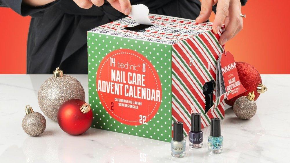 Klikk på bildet for å forstørre. Denne adventskalenderen er perfekt for store og mellomstore som ønsker å stelle ekstra godt med neglene i dagene fram til jul.