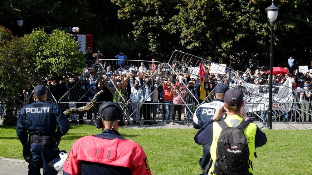 Klikk på bildet for å forstørre. Motdemonstranter løfter politisperringene på Eidsvolls plass. Det var enkeltpersoner som kom seg over før de ble stanset på vei mot Eidsvolls plass der Sians folk sto.