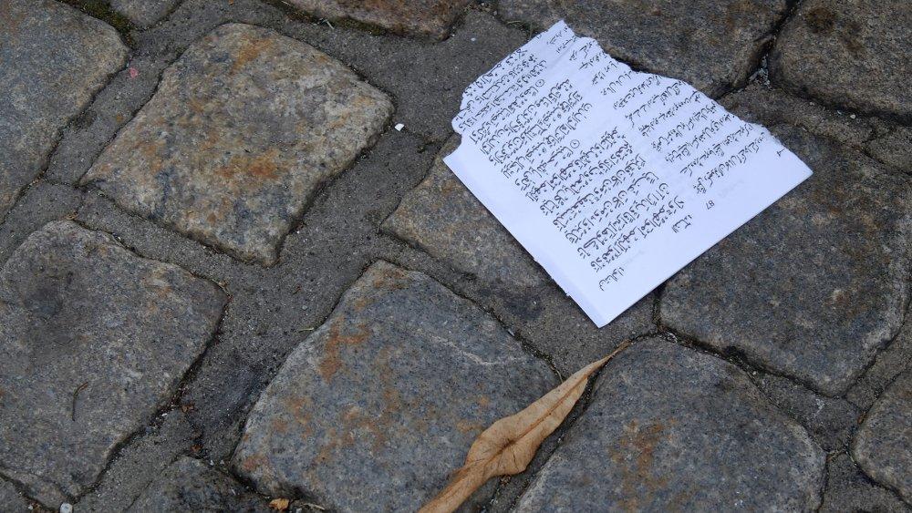 Klikk på bildet for å forstørre. Under sin appell tok Sian-nestleder Fanny Bråten fram et eksemplar av koranen og rev ut sider.