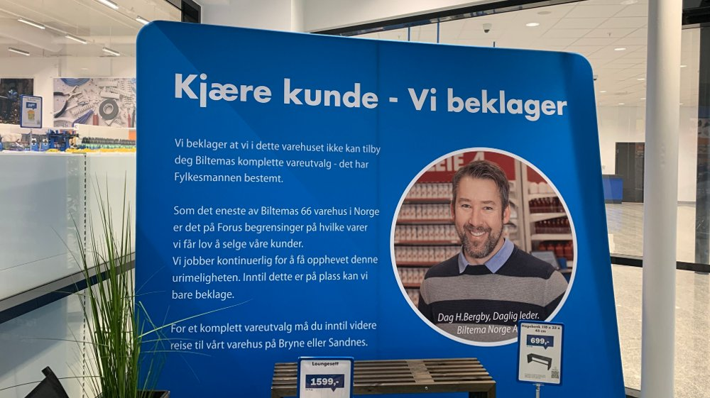 Klikk på bildet for å forstørre. BEKLAGER: Kundene på Biltema i Stavanger blir ved ankomst møtt med en gigantisk forklaring på hvorfor kun en tredjedel av kjedens varer befinner seg i varehuset.