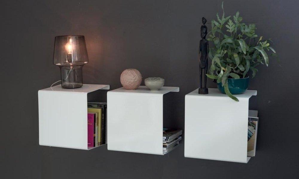 Klikk på bildet for å forstørre. Hyllesystemet fra Anne Linde er laget i pulverlakkert aluminium, og ser bra ut i alle rom.