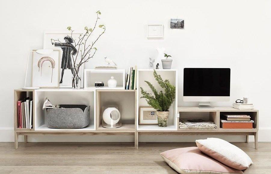 Klikk på bildet for å forstørre. Hyllesystemet Stacked fra Muuto glir rett inn i et stilrent skandinavisk hjem.