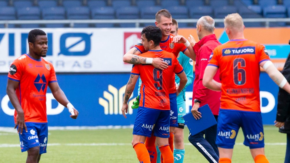 Click on the image to enlarge.  Ålesund 20200729. Aalesund's Hólmbert Fridjónsson gives Niklas Castro a hug after the elite league match in football between Aalesund and Start at Color Line Stadium.  Aalesund coach Lars Bohinen on the right.