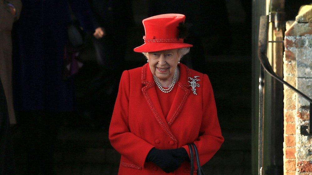 Klikk på bildet for å forstørre. BLÅTT BLOD, RØDT HJERTE? Dronning Elizabeth II. Her fotografert i Sandringham, Norfolk i forbindelse med en julegudstjeneste 25. desember 2019.