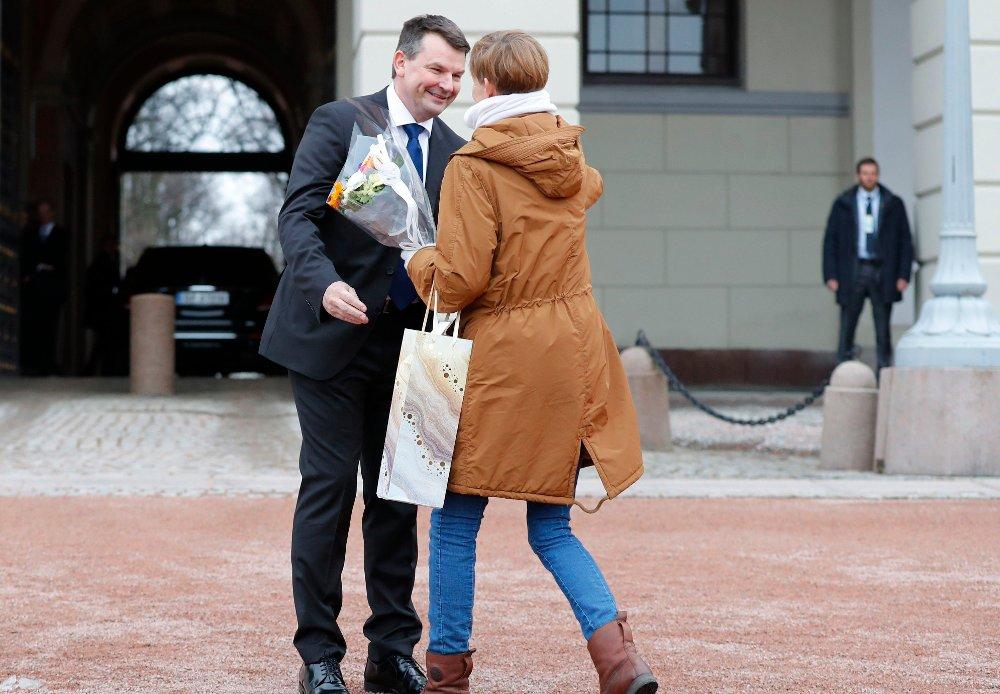 Klikk på bildet for å forstørre. I april 2018 ble Tor Mikkel Wara utnevnt til ny justisminister. På Slottsplassen ble han gratulert av samboer Laila Anita Bertheussen.