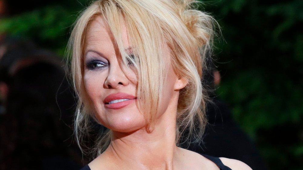 Klikk på bildet for å forstørre. US actress Pamela Anderson arrives with Soccer player Adil Rami at the UNFP