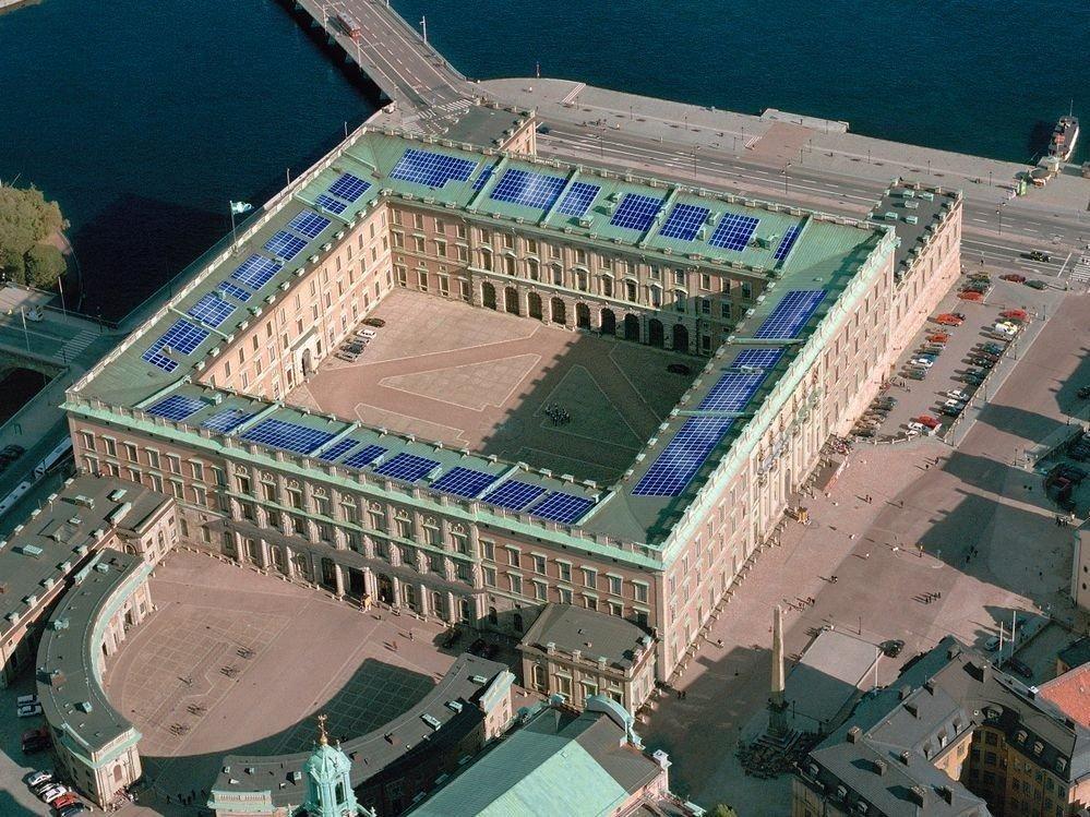 Klikk på bildet for å forstørre. Det svenske slottet med solcellepanel.