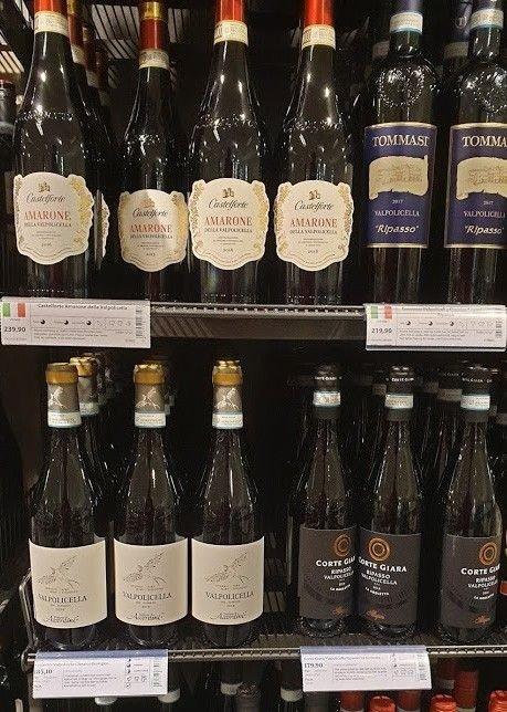 Klikk på bildet for å forstørre. Vinflasker med det gamle og nye designet på hylleetikettene.