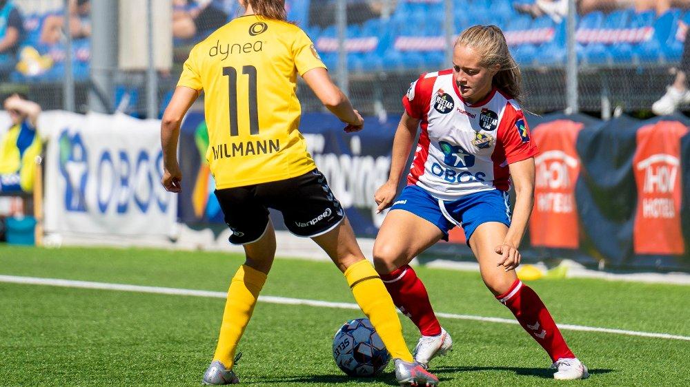 Klikk på bildet for å forstørre. Oslo 20200801. Lyns Camilla Linberg i duell med Andrea Wilmann under toppseriekampen i fotball mellom Lyn og LSK Kvinner på Kringsjå stadion.