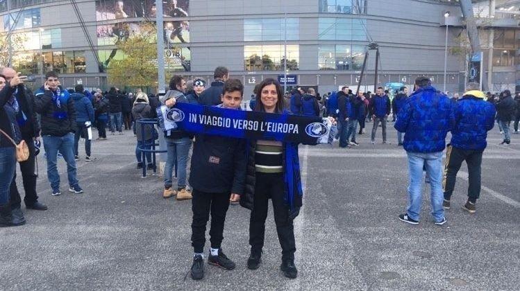 Klikk på bildet for å forstørre. Andrea og mamma Giovanna var i Manchester i fjor høst og så favoritt-laget spille mot Manchester City.