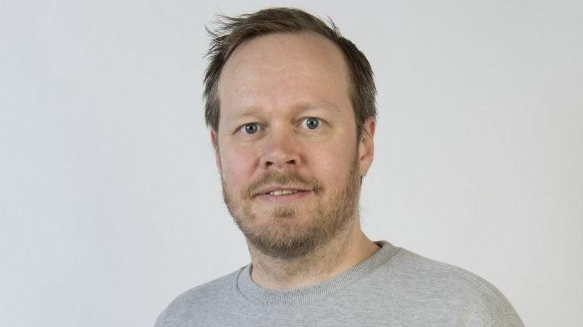 Klikk på bildet for å forstørre. KRISE: Christoffer Schjelderup mener Fisketorget, samt restaurantene på Fløyen og Kjøttbasaren, er turistfeller: – Det er ganske krise egentlig, mener komikeren.