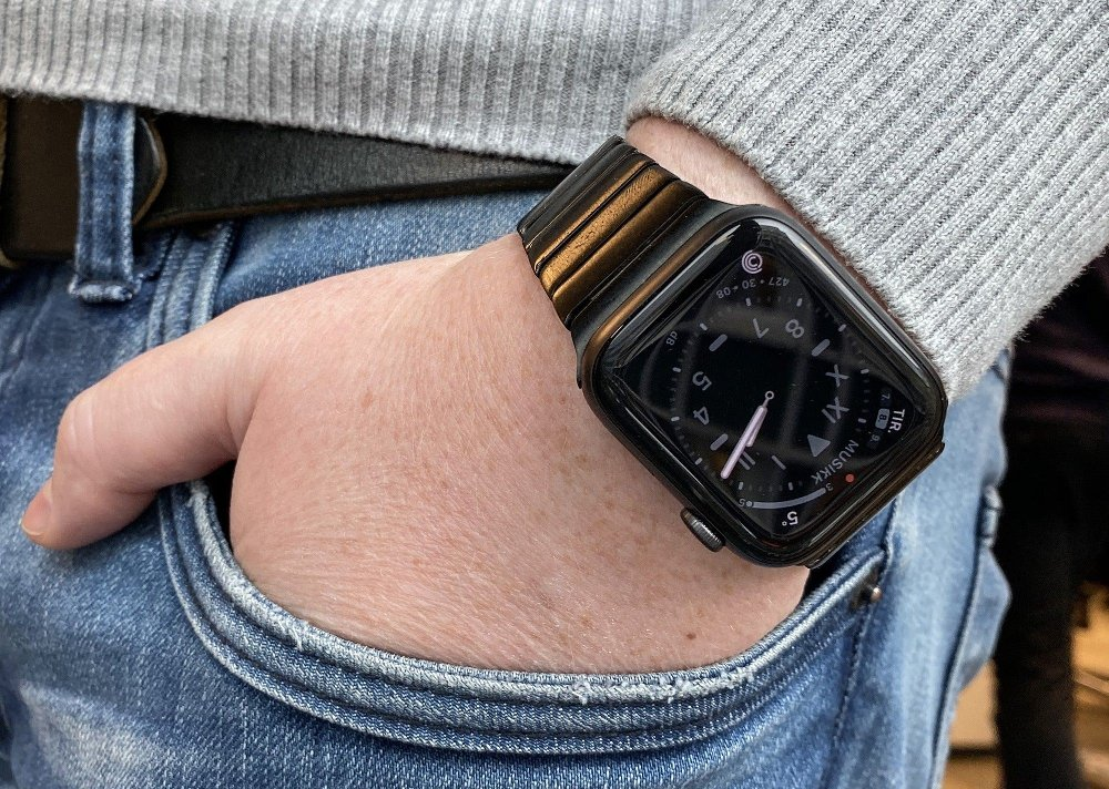 Click on the image to enlarge.  With the 5th generation of Apple Watch, the screen finally does not turn off as long as the watch is on the arm.