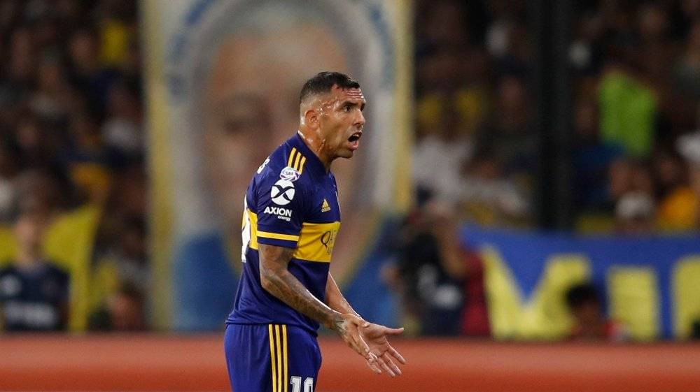 Klikk på bildet for å forstørre. Boca Juniors' Carlos Tevez gestures during an Argentina's soccer league match against Gimnasia y Esgrima at La Bombonera stadium in Buenos Aires, Argentina, Saturday, March 7, 2020.