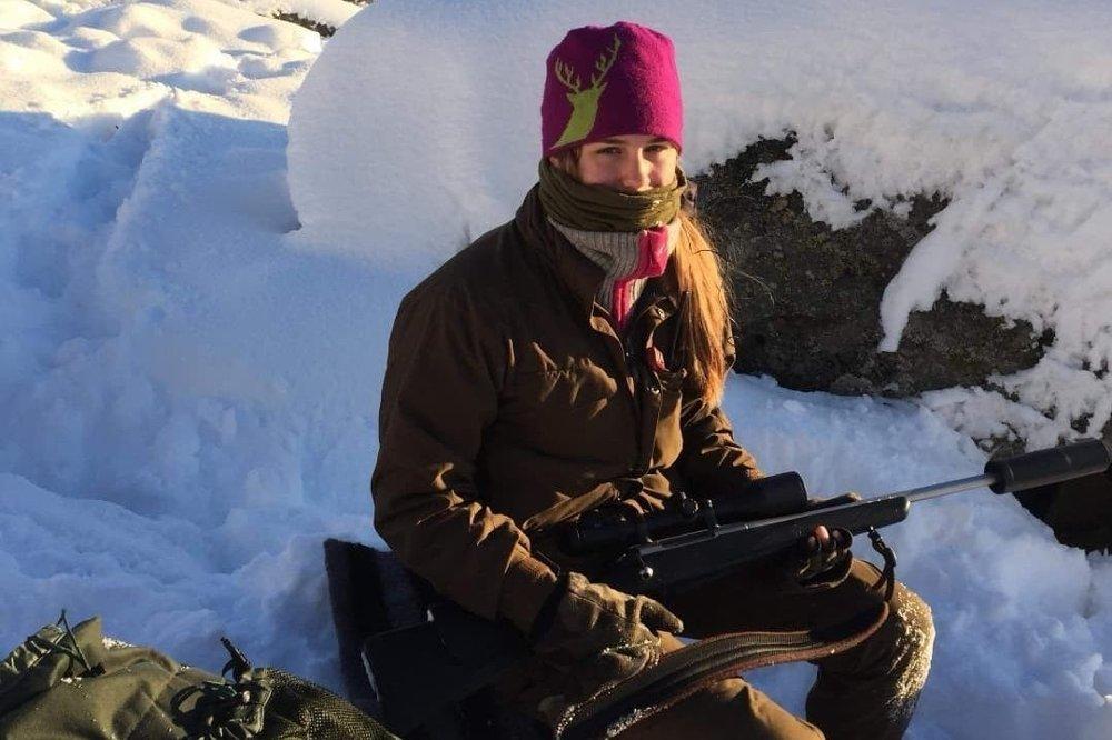 Klikk på bildet for å forstørre. JAKTGLAD: Vibeke Abusland er ikke bare glad i å jakte, men også leder av kvinnegruppa i Farsund og Lyngdal jeger- og fiskeforening. Her fra en reinsdyrjakt.